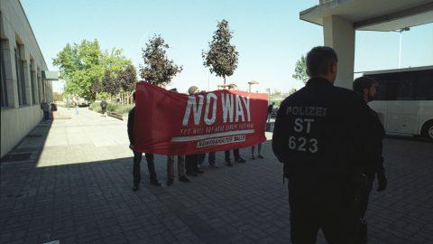 KUG_(c)UweMann_020_Ankunft Presse Protest